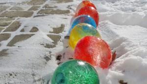ornamente globuri colorate gheata