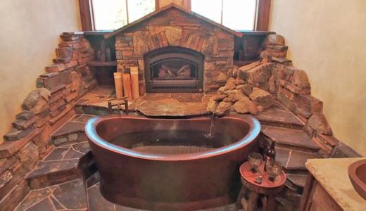 Amenajari interioare: baie cu tematica montana, stanci si cascada