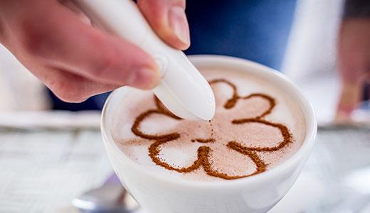 Creion desenare cu condimente pe cafea sau alimente